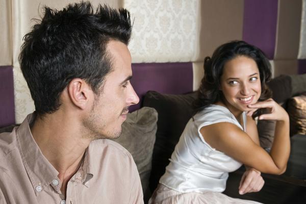 Mujer tratando de saber si le gusta un hombre tímido