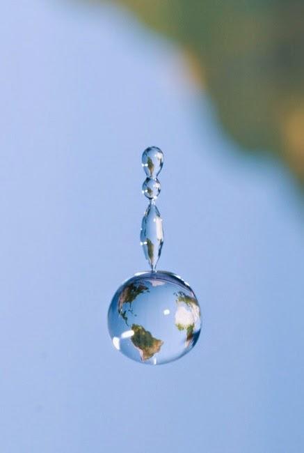 капля воды в виде глобуса