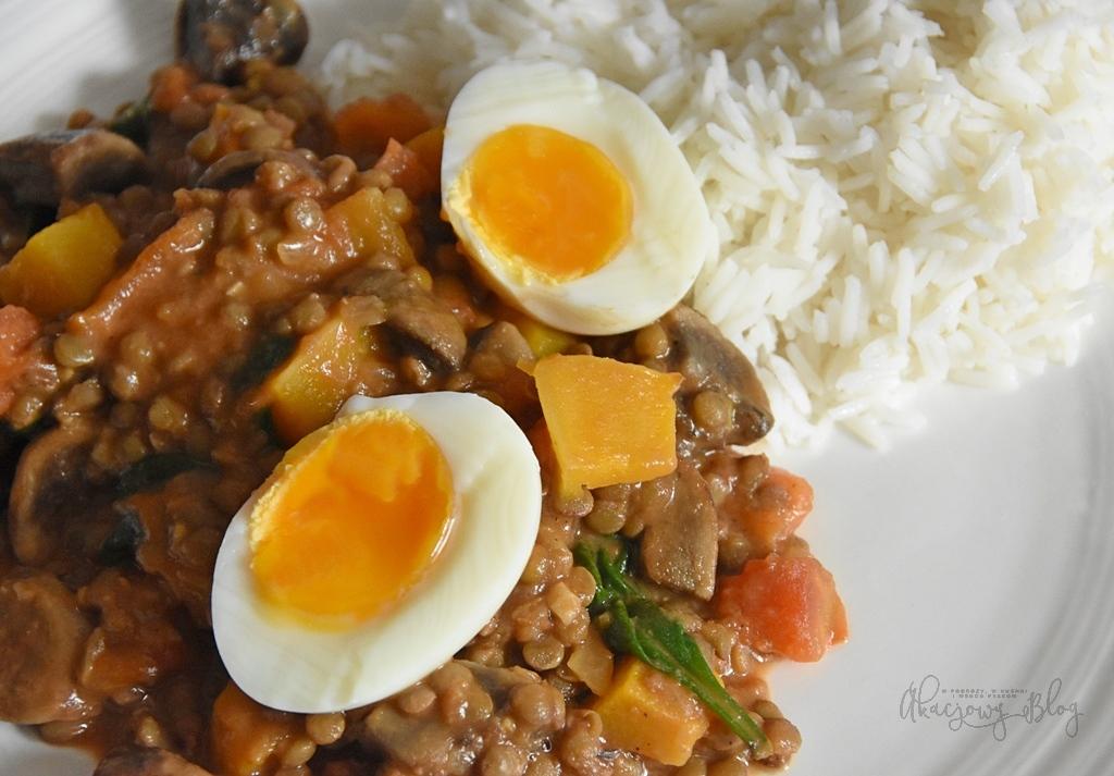 Curry z soczewicy, brązowych pieczarek, pieczonej dyni i jajka.