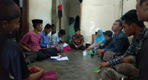 Penulis dan Mahasiswa Bedah Kisah KKN di Desa Penari