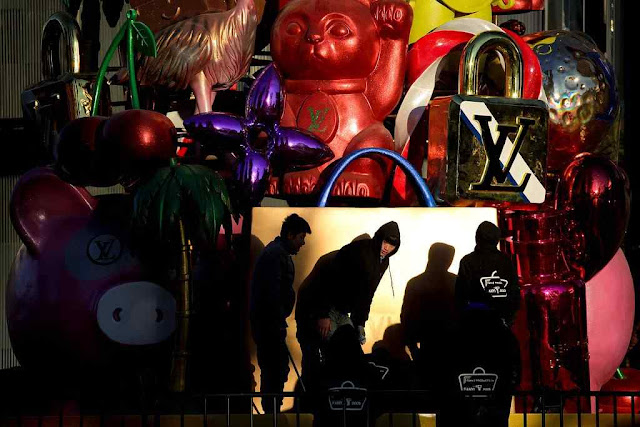 Funcionários removem decoração julgada natalina numa loja de Louis Vuitton