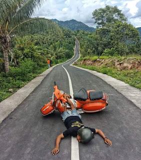 Foto Vespa background Jalanan Berkelok menuju desa....