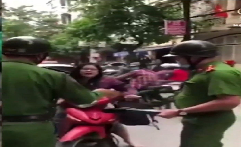 Người phụ nữ vi phạm luật giao thông , đánh, cắn cảnh sát , chửi rủa và liên tục dọa ' biết bố mày là ai không , bố mày là công an đấy ''