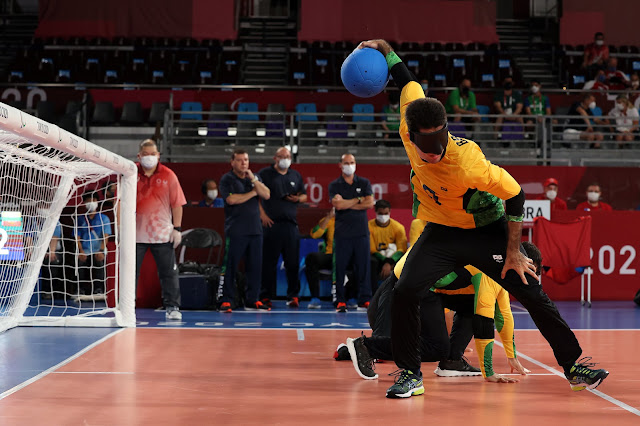 Jogador brasileiro de goalball Emerson da Silva, prepara um disparo em direção ao gol do time adversário