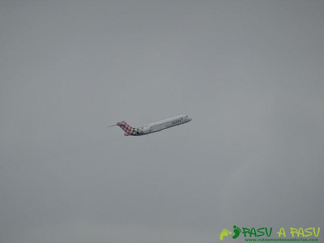 Avión despegando del Aeropuerto de Asturias desde Bayas