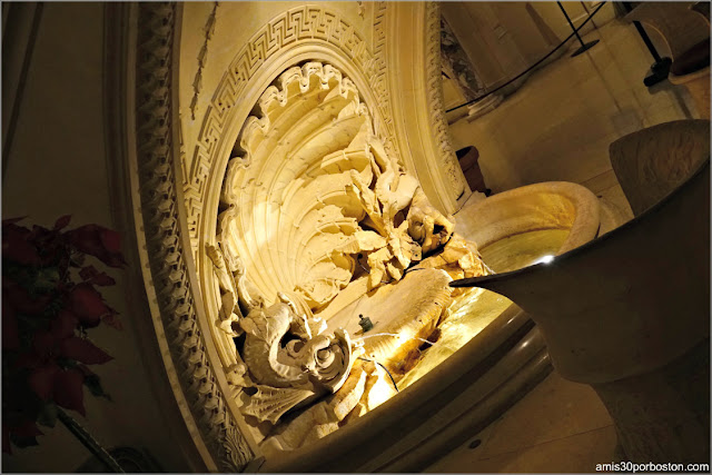 Fuente Bajo la Gran Escalera del Vestíbulo de The Breakers, Newport
