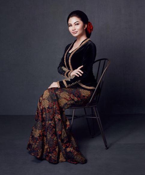 Model Baju Kebaya Ariel Tatum Warna Hitam Klasik Artis Cantik dan Anggun