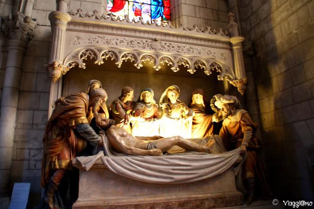 La chiesa di Saint Denis con la scultura della Sepoltura di Cristo