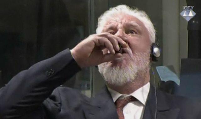 Ex-general toma 'veneno' após ouvir sentença em tribunal.