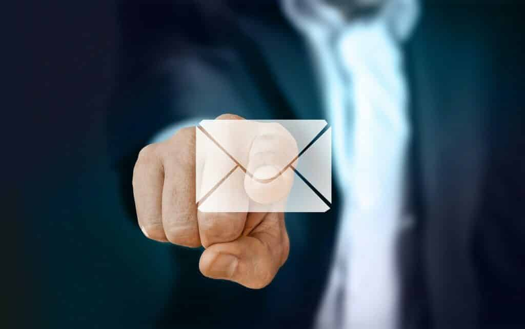 Homem-apontando-para-o-icone-de-email