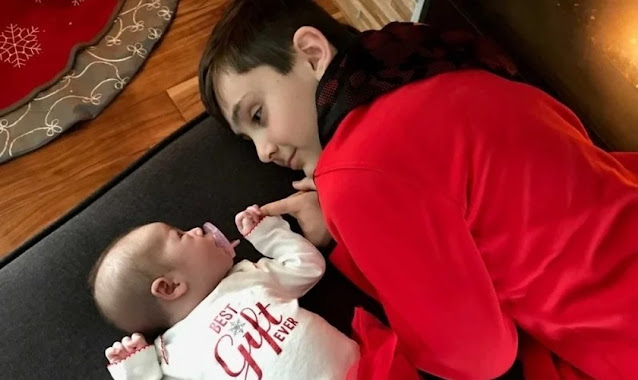 Após pedir a Deus uma irmã, garoto é surpreendido com bebê sob árvore de Natal