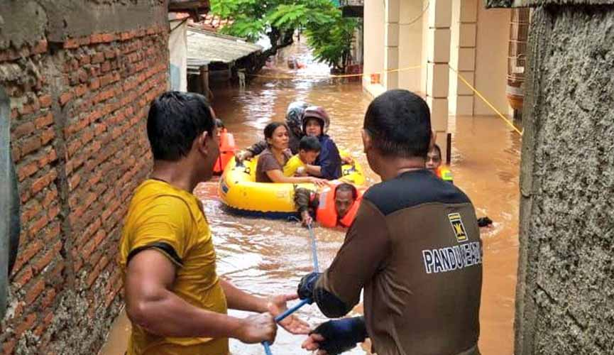 Relawan PKS evakuasi warga korban banjir di Pondok Labu