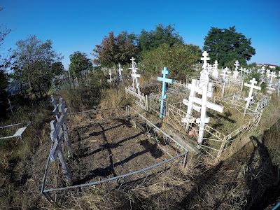 Cmentarz przy drodze na plażę w Sulinie