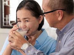5 Manfaat Minum Susu Tinggi Protein untuk Lansia