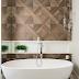 Banheiro branco com banheira de imersão e seixos + porcelanato madeira!