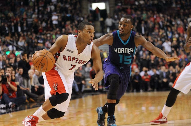 Kyle Lowry (Toronto Raptors) et Kemba Walker (Charlotte Hornets) lors d'un match NBA.