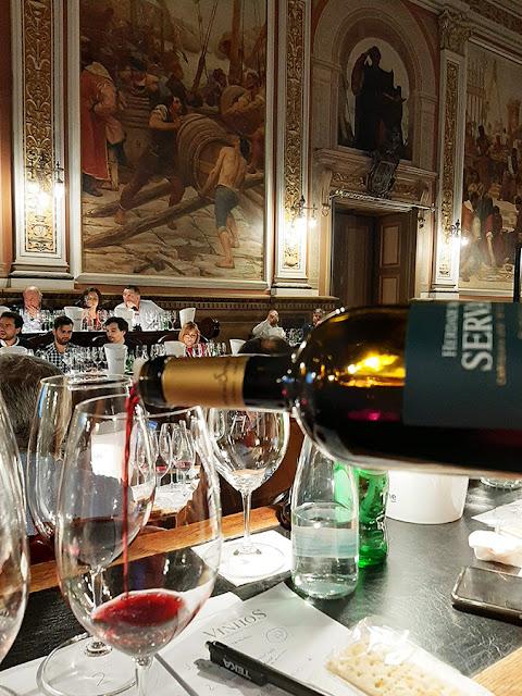 vinho sendo servido em prova de vinhos