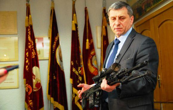 Chief Designer Izhmash Vladimir Zlobin memegang VS-121
