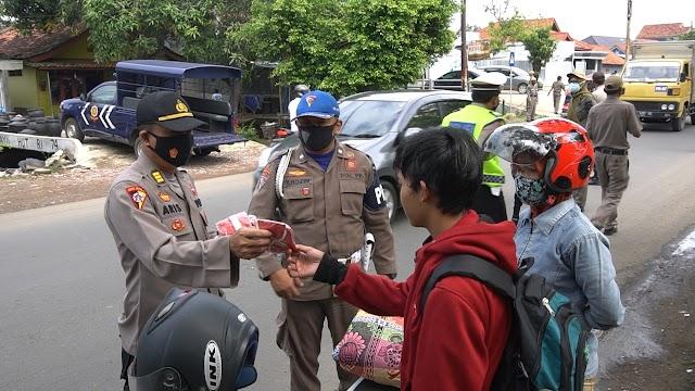 Tingkatkan Kedisiplinan, Petugas Gabungan Lakukan Operasi Yustisi dan Bagikan Masker Gratis ke Warga