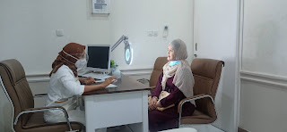 konsultasi dengan dokter di klinik