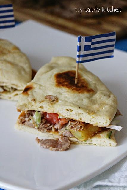 гръцки гирос със свинско месо, дзадзики, домати, краставици, гръцка питка