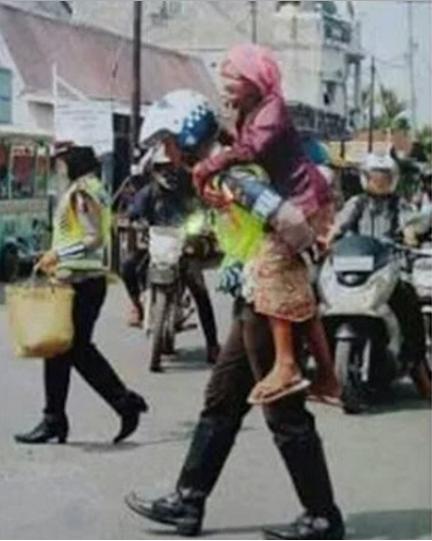 Bantu Sebarkan!!!! Perilaku Polisi Yang Menggendong Nenek Saat Menyeberang Menggugah Hati Netizen