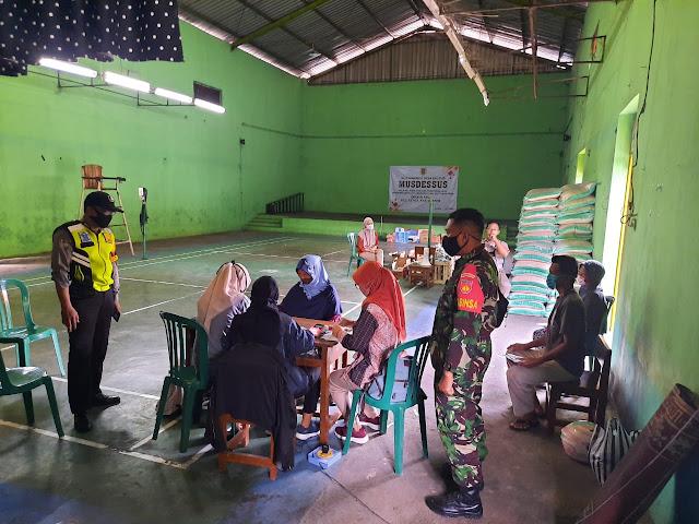 Babinsa Bersama Bhabinkamtibmas Kawal Pendistribusian Bantuan Di Desa Klepu