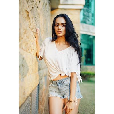 Manushi Chhillar Bio , Age , Debut Movie , Height ,Weight , Photos , Boyfriends & More