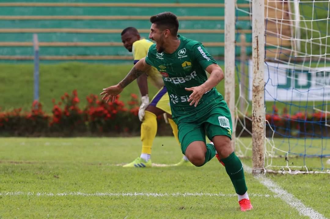 Jogador  Raul do Cuiabá Esporte Clube comemorando gol