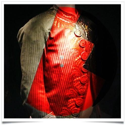 9aacb817cbf9 Sur nos chemises, nos manteaux, nos pantalons, nos gants, nos robes et nos  jupes, il est partout. On le fait et le défait chaque jour, machinalement,  ...