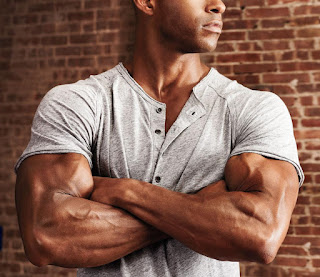 How To Dress To Look More Muscular: Stylist Tips