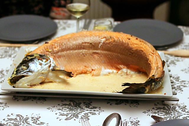 Ganzer Lachs, rosa, ohne Haut, in Schalottensahne nach einem Rezept von Siebeck | Arthurs Tochter Kocht by Astrid Paul