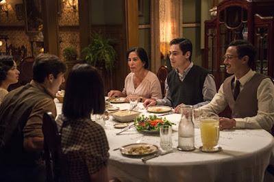 Lola (Gloria Pires) e sua família preparam um jantar especial para Clotilde (Simone Spoladore) em 'Éramos Seis' — Foto: Globo