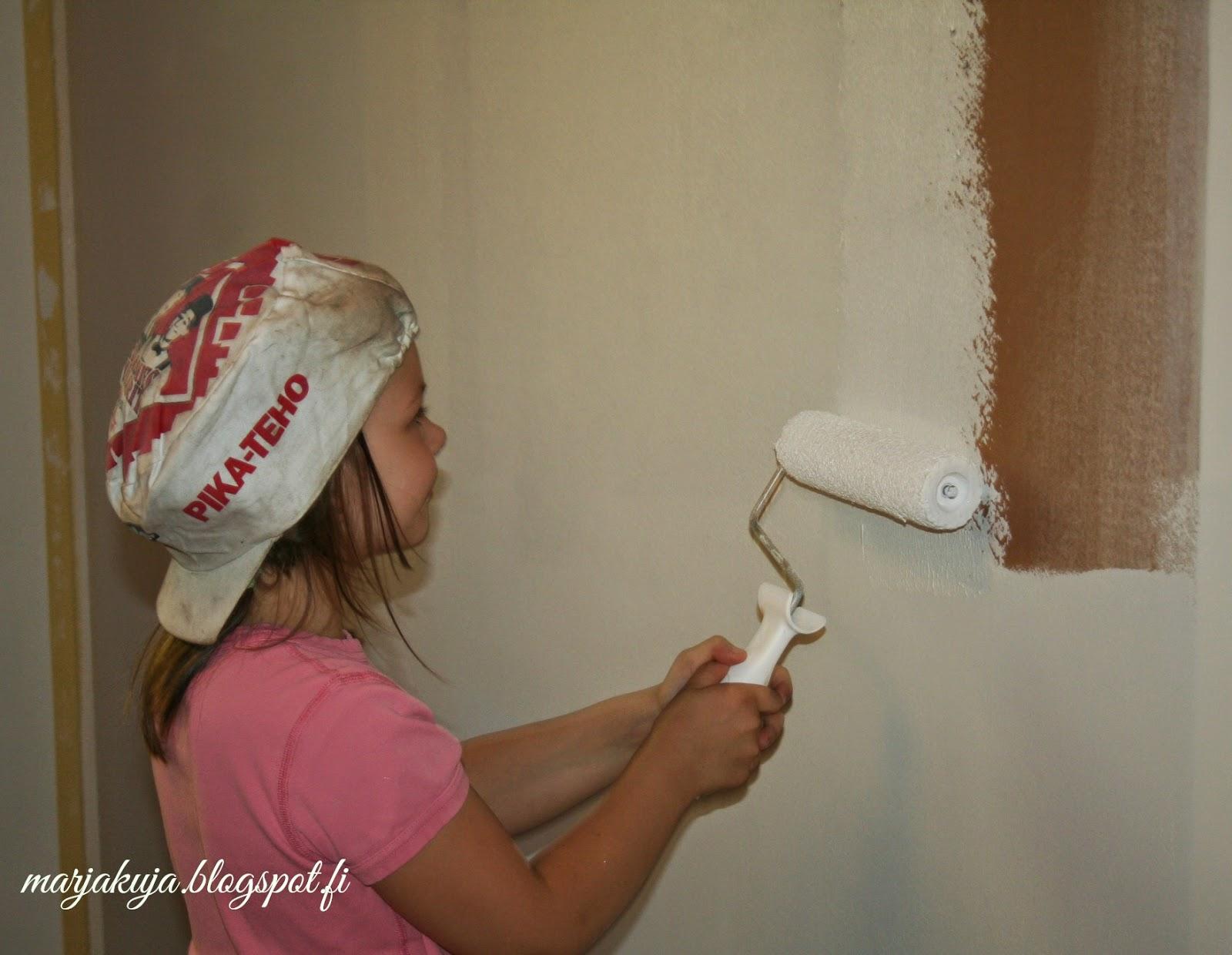 lapsi maalaa itse omaa seinää