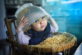 Niño se tira bol spaghetti por la cabeza