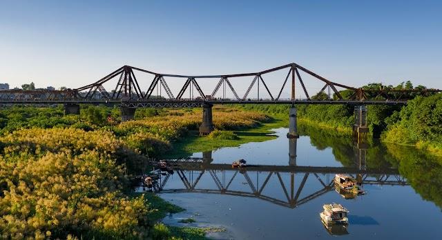 Peaceful pace of life on Long Bien Bridge in the weed season
