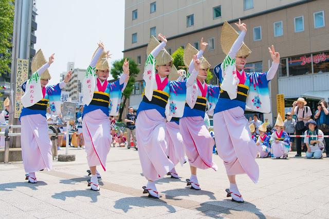高円寺、熊本地震被災地救援募金チャリティ阿波踊り、東京新のんき連の舞台踊りの女踊りの踊り手の写真