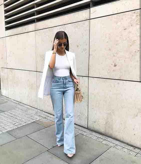 Calça jeans flare e blazer branco