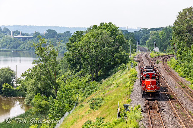 CN 7080 and CN 4131 proceeding east through Bayview Junction