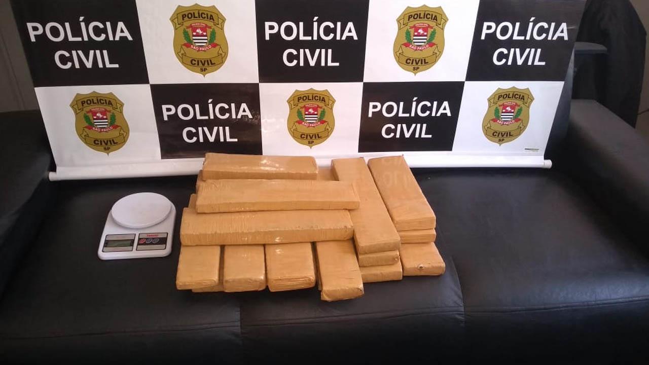 Mulher escondeu 19 tabletes de maconha no caro do vizinho e acabou presa pela DISE de Botucatu
