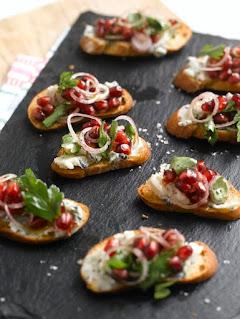 Bruschetta de pesto y alcachofas con queso picantito