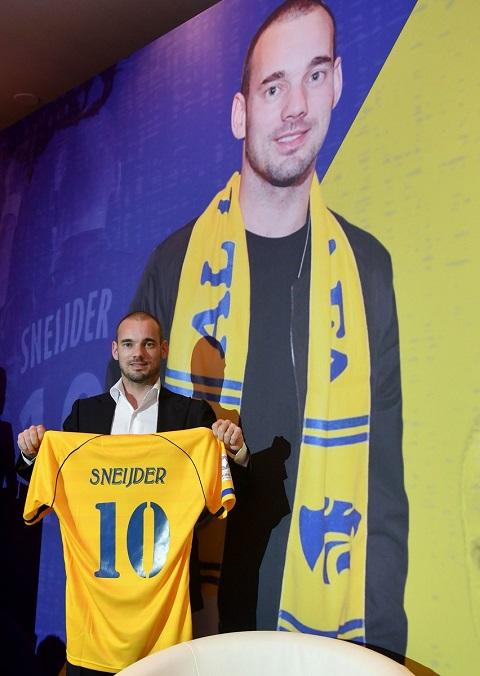Hình ảnh Sneijder được phủ kín trong buổi họp báo