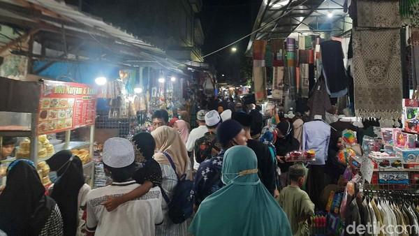 Kawasan Ampel Ramai Peziarah, Namun Banyak yang Tak Pakai Masker