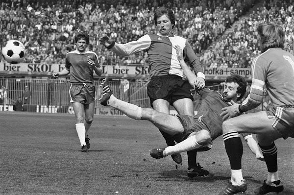 Willy Kreuz namens Feyenoord in actie tegen Sparta