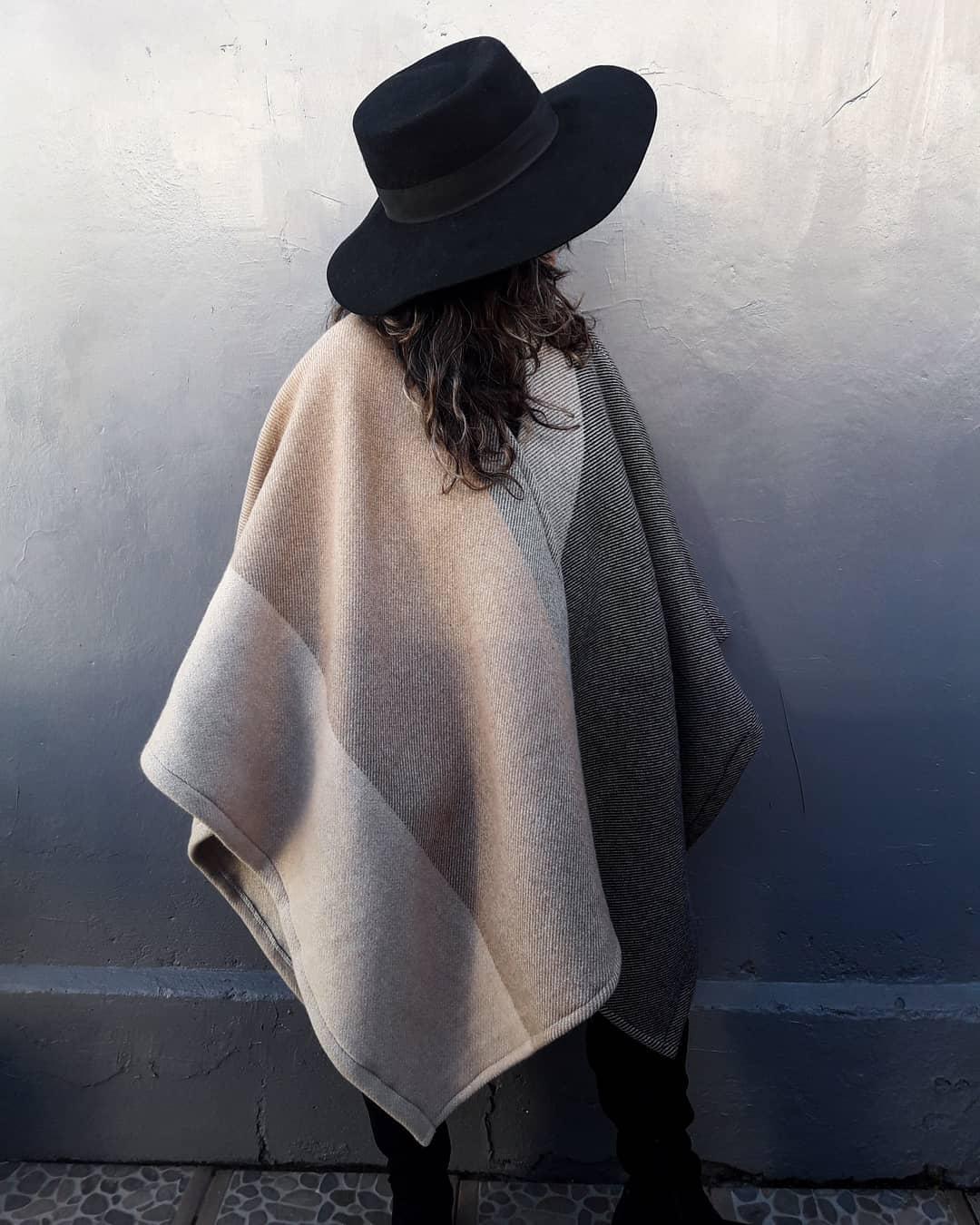 En la foto ruana de lana gruesa en tonos grises y rosas