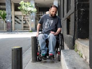 ο Παναγιώτης Πιτσίνιαγκας με το αμαξίδιο του κινείται στην πόλη