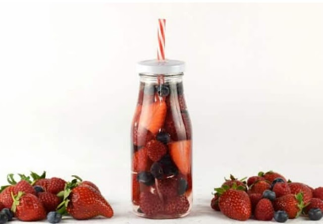 Summer Berry Fruit Infused Water #healthy #drinks