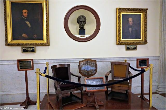 Sillas Antiguas de la Cámara de los Representantes en los Pasillos del Massachusetts State House