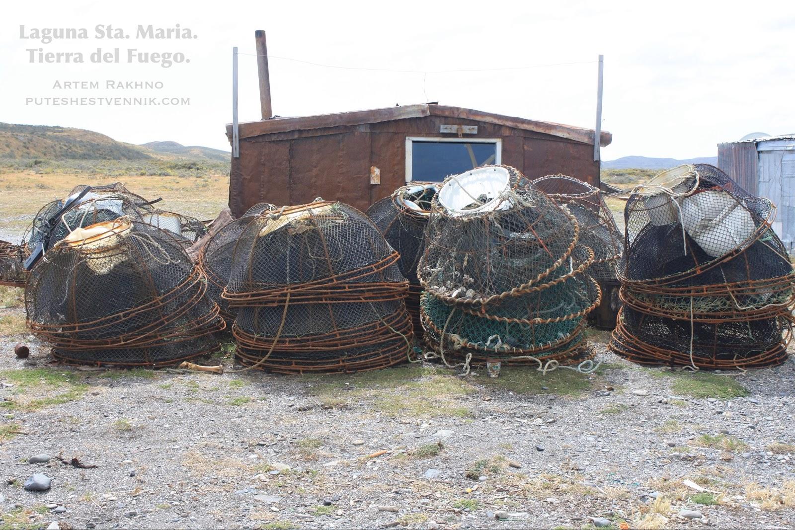 Рыбацкие ловушки рядом с хижиной
