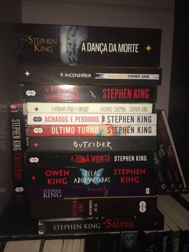 d941b9891 Como vocês estão?Espero que super bem.Andei olhando aqui pra minha estante  e me dei conta que tenho vários e vários livros do King aqui que ainda não  li ...